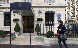 Une femme passe devant la bijouterie Harry Winston à Paris le 5 décembre 2008, au lendemain du deuxième braquage subie par le célèbre joaillier