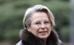 La ministre de l'Intérieur Michèle Alliot-Marie a apporté dimanche soir aux Mureaux (Yvelines), son soutien aux dix policiers légèrement blessés par des tirs de plombs la veille, lors d'un guet-apens tendu dans le quartier de la Vigne-Blanche.