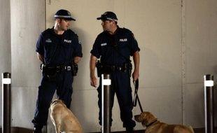 Deux policiers australiens à Sydney, le 17 février 2006