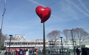 """L'oeuvre de Joana Vasconcelos intitulée """"Coeur de Paris"""" devrait rester toute l'année, porte de Clignancourt."""