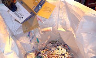Récolte des tubes de dentifrices et des brosses à dent par TerraCycle en vue d'être recyclés en granules de plastique.