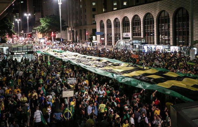 Plusieurs milliers de personnes sont descendues dans les rues de Sao Paulo pour protester contre Dilma Rousseff et Lula.