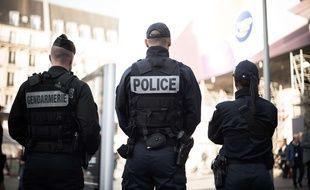 Des policiers et des gendarmes sécurisent la gare Saint-Lazare, le 31 Octobre 2017