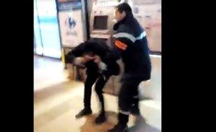 Un agent de sécurité tabasse un homme dans une gare.