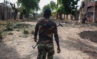Un soldat nigérian patrouille dans les rues de Bama, au nord-est du Nigeria, le 8 décembre 2016.