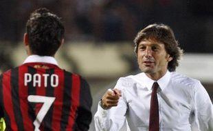 L'entraîneur du Milan AC, Leonardo, félicite son joueur, Pato, le 22 août 2009