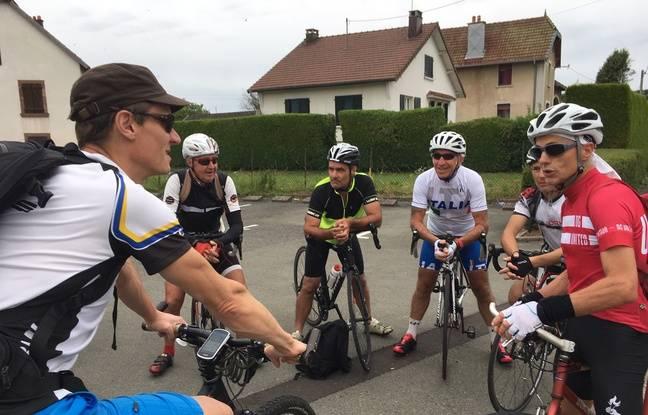 Michel (à droite) motive la troupe, c'est parti pour 25 kilomètres de vélo !