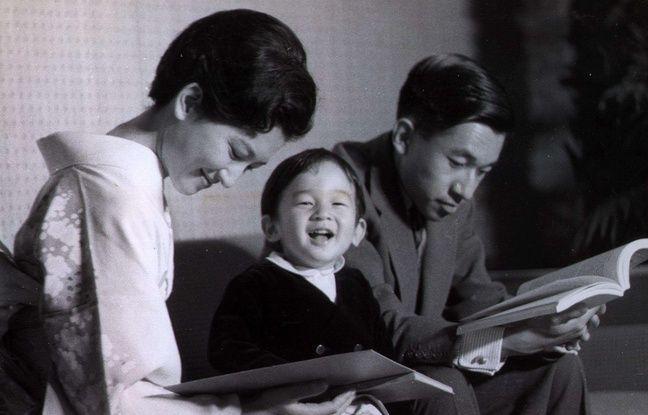 Le prince Naruhito, alors âgé de deux ans, entre ses parents, futurs impératrice Michiko et empereur Akihito, le 20 octobre 1962.