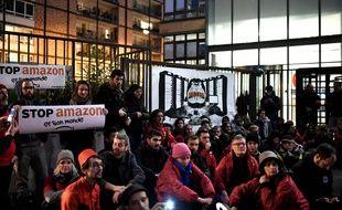 Sit-in devant le siège parisien d'Amazon pour dénoncer le black friday