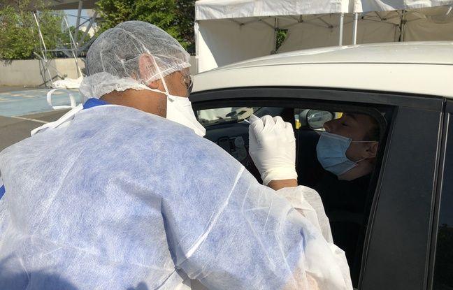 Paris, le 20 avril 2020. Un biologiste effectue un prélèvement naso-pharyngé sur un homme afin de vérifier s'il est porteur du Covid-19 ou pas.