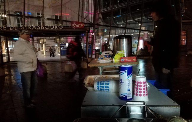 Quelques tables dressées à proximité du bus permettent notamment à des bénévoles d'Abribus de servir de la soupe aux personnes dans le besoin à Strasbourg.