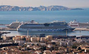 Un bateau de croisière dans le port de Marseille en 2021