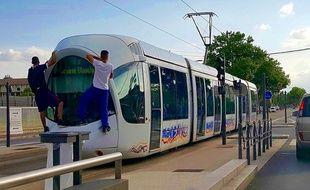 Deux jeunes surpris dimanche 14 juin derrière la rame d'un tramway.