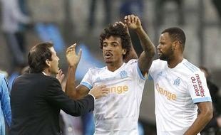 Rudi Garcia félicite Luis Gusatvo après l'ouverture du score contre le PSG.