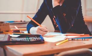 Image d'illustration d'une enfant à l'école.