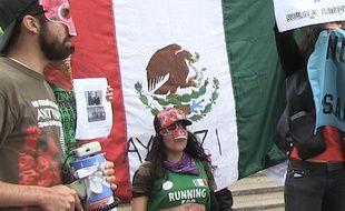 Une association franco-mexicaine manifeste devant le salon Eurosatory.