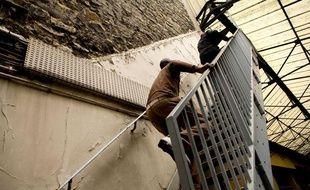 Plusieurs dizaines de sans-papiers occupent depuis le 17 juillet 2009 un immeuble de la Securite sociale, dans le XVIIIe arrondissement de Paris.