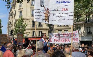 Florian Philippot, en plein discours lors d'un rassemblement anti mesures sanitaires à Paris, le samedi 12 juin