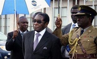 Le régime du président zimbabwéen Robert Mugabe a menacé de former un gouvernement avec ou sans l'opposition, quelle que soit l'issue d'un nouveau sommet de l'Afrique australe, consacré à la crise dans le pays, qui devait s'ouvrir lundi à Pretoria.