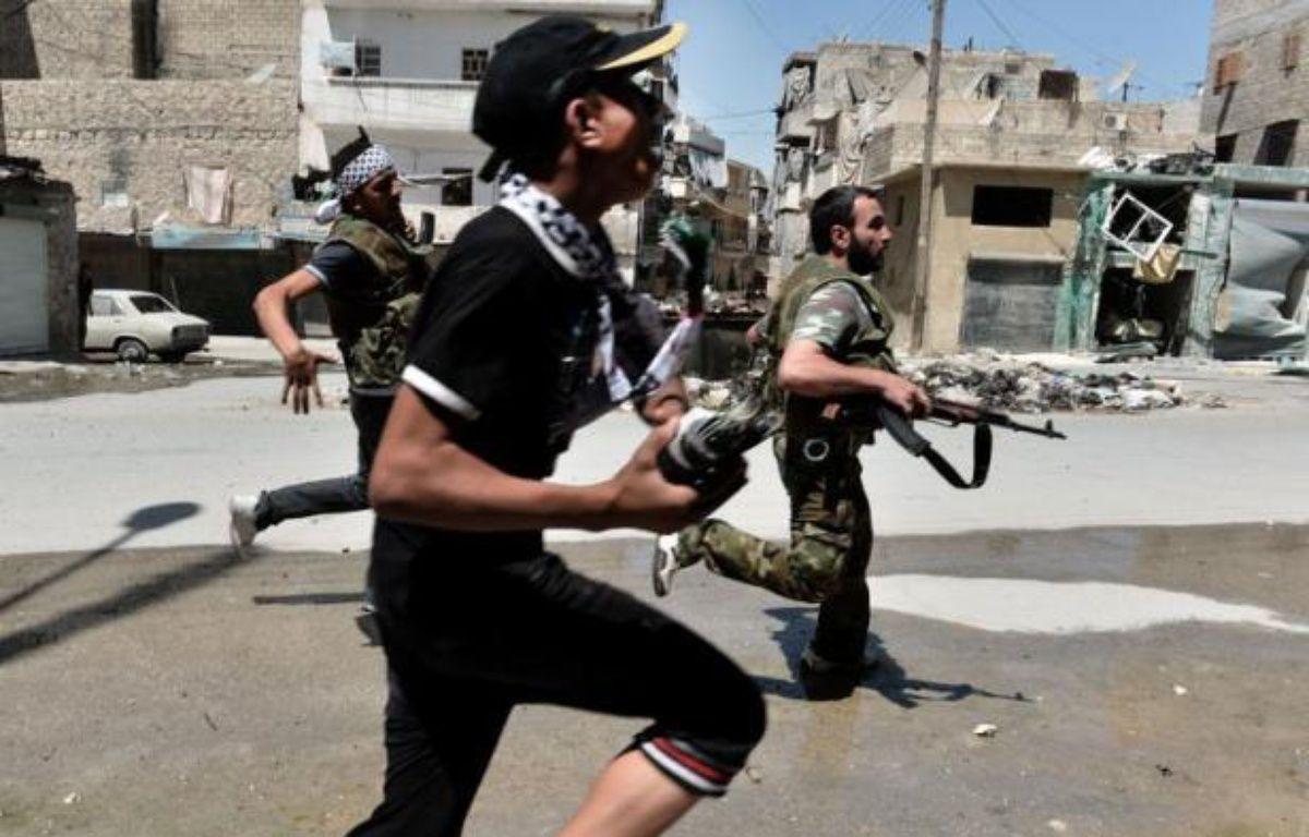 Au moins 200 personnes ont été tuées samedi à Daraya, près de Damas, a annoncé l'Observatoire syrien des droits de l'Homme (OSDH), au moment où de violents combats opposaient rebelles et soldats à Alep, deuxième ville de Syrie en proie aux bombardements et aux privations. – Aris Messinis afp.com
