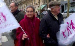 Capture d'écran d'un reportage de BFM TV montrant Simone Veil à la «manif pour tous», le 13 janvier 2013, à Paris.