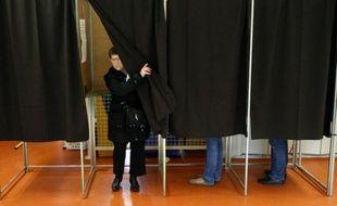 Une femme quitte l'isoloir après avoir voté à Montpellier, pour le deuxième tour des élections régionales le dimanche 21 mars 2010.