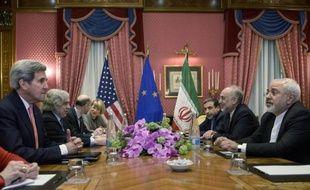 Les délégations américaine (g) avec John Kerry et iranienne (d) se font face lors des négociations sur le programme nucléaire iranien à l'hôtel Beau Rivage à Lausanne le 27 mars 2015