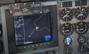 Un écran de navigation à bord d'un appareil AP-3C Orion de l'armée de l'air australienne, le 27 mars 2014.