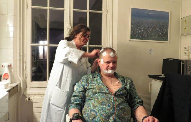 Micheline, technicienne de nuit au Centre du sommeil et de la vigilance de l'Hôtel-Dieu (AP-HP), pose une vingtaine d'électrodes sur Thierry, dont le sommeil sera enregistré cette nuit.