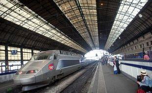Illustration d'un TGVSNCFarrivant dans une gare.