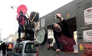La remorque des cheminots de la CGT est devenue un point de rassemblement des opposants à la réforme des retraites, à Rennes.