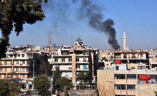 De la fumée s'échappe de la zone aux mains du régime syrien dans l'Est d'Alep, le 20 novembre 2016, après un tir de roquette rapporté des forces rebelles, qui tiennent l'Est de la ville