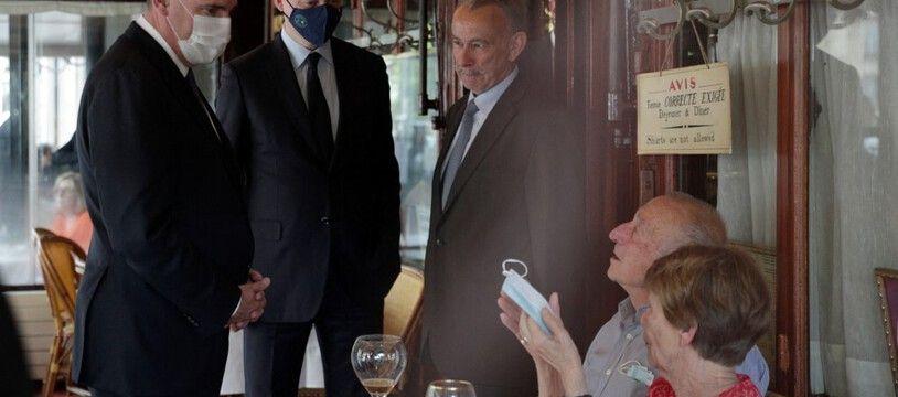 Le Premier ministre, Jean Castex, et le ministre de l'Économie et des Finances, Bruno Le Maire, discutent avec des clients en terrasse de la Brasserie Lipp, à Paris, le 9 juin 2021.