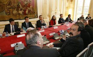 Le Premier ministre Manuel Valls reçoit le secrétaire général de la CGT Philippe Martinez (R) lundi à Matignon sur le projet contesté de réforme du Code du travail, le 14 mars 2016