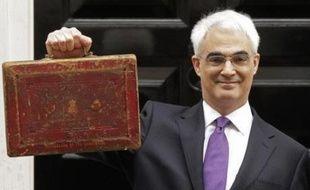 Le ministre des Finances britannique Alistair Darling a présenté mercredi son premier budget, dans des conditions économiques qui l'ont obligé à abaisser encore les prévisions de croissance, et, faute d'annonce fiscale spectaculaire, à mettre l'accent sur des sujets consensuels comme l'écologie ou l'alcoolisme.