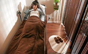On choisit entre les lits aux pierres de jade (en h.) et les fauteuils massants.