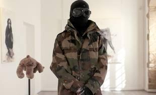 Toujours masqué, le street-artist rennais War continue d'explorer le thème des animaux. Il expose jusqu'en décembre ses ?uvres dans une galerie d'art à Fougères.