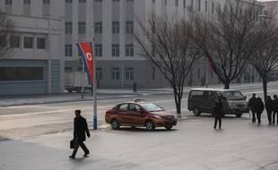 Un passant dans les rues de Pyongyang en Corée du Nord.