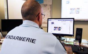 Un gendarme administre la page Facebook, ici à Rennes, en janvier 2018.