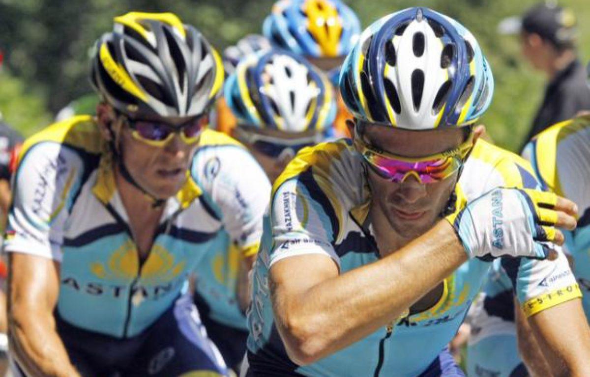 Les coureurs de l'équipe Astana, Lance Armstrong (à gauche) et Alberto Contador, le 12 juillet 2009, lors de la 9e étape du Tour de France. – B.Cristel/REUTERS