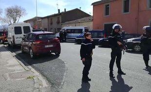 Des policiers bloquent une rue à Trèbes en raison d'une prise d'otages, vendredi 23 mars.