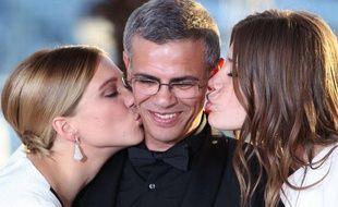 Le réalisateur Abdellatif Kechiche entre les actrices Léa Seydoux et Adèle Exarchopoulos, le 26 mai 2013 à Cannes.
