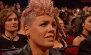 L'image de Pink pendant la prestation de Christina Aguilera aux American Music Awards.