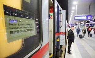 """Le conducteur du """"Nightjet"""" Vienne-Berlin attend le départ de son train le 27 février dernier. La compagnie autrichienne OBB a relancé avec succès les trains en Allemagne depuis octore 2016."""