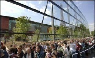 """Passionnés d'architecture ou amateurs d'arts premiers, des milliers de personnes ont patiemment enduré plusieurs heures d'attente pour savourer """"la petite émotion de voir en premier"""" le musée du quai Branly, qui ouvrait ses portes vendredi au grand public."""