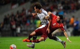 Martin Braithwaite taclé par le milieu de terrain portugais Joao Moutinho lors du match de qualifications à l'Euro 2016, le 8 octobre à Braga.