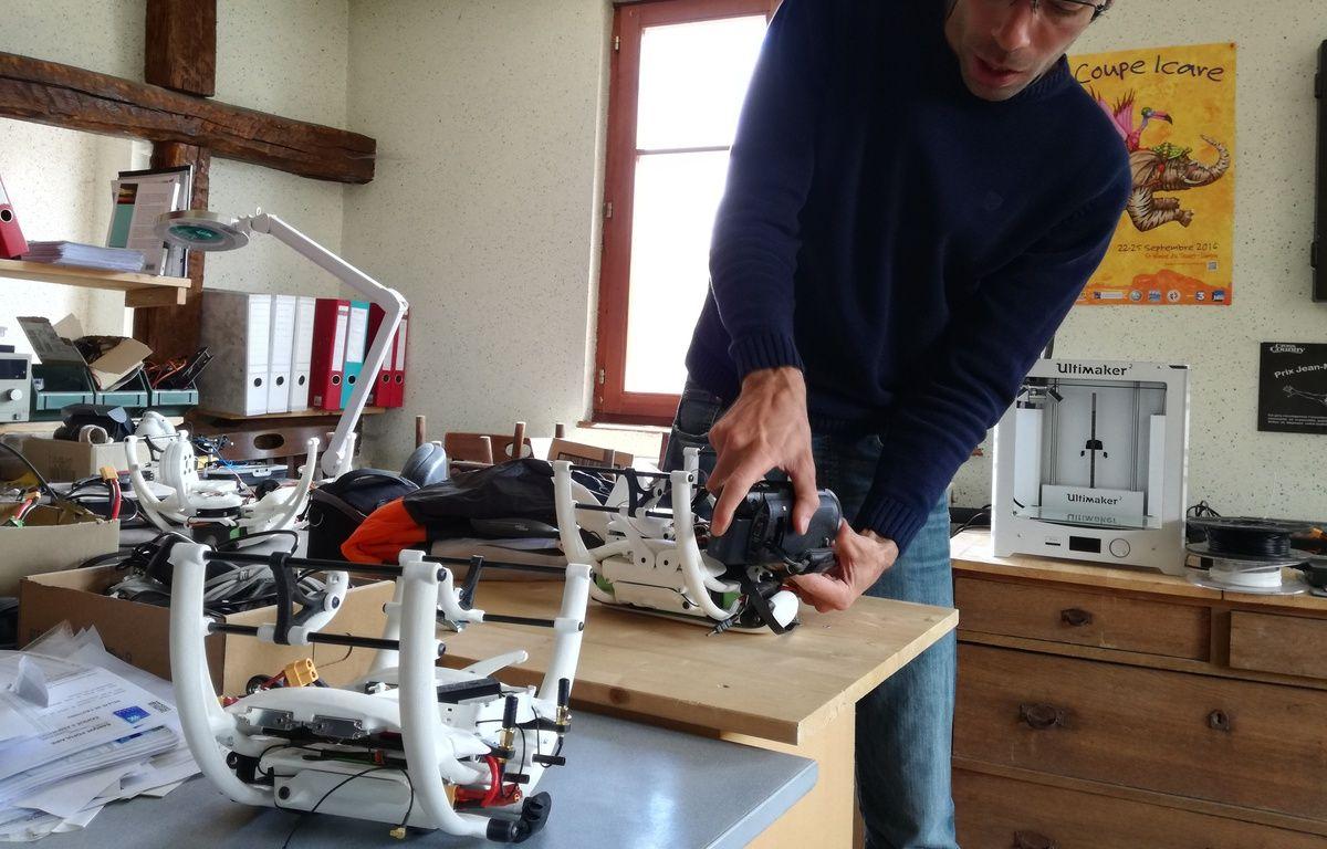 Julien Lerch en plein réglage de son dernier modèle de drone, à Marlenheim, dans ses locaux. – B. Poussard / 20 Minutes.