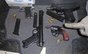 Quatre armes de poing et leurs munitions étaient dissimulées dans le chargement