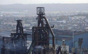 La direction d'ArcelorMittal Florange a démenti vendredi soir avoir arrêté les tours de chauffe d'un des deux hauts-fourneaux encore maintenus en veille sur le site.