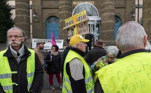 Des «gilets jaunes» se sont relayés toute la journée de lundi devant le tribunal correctionnel en signe de soutien aux prévenus, au Puy-en-Velay le 9 mars 2020.